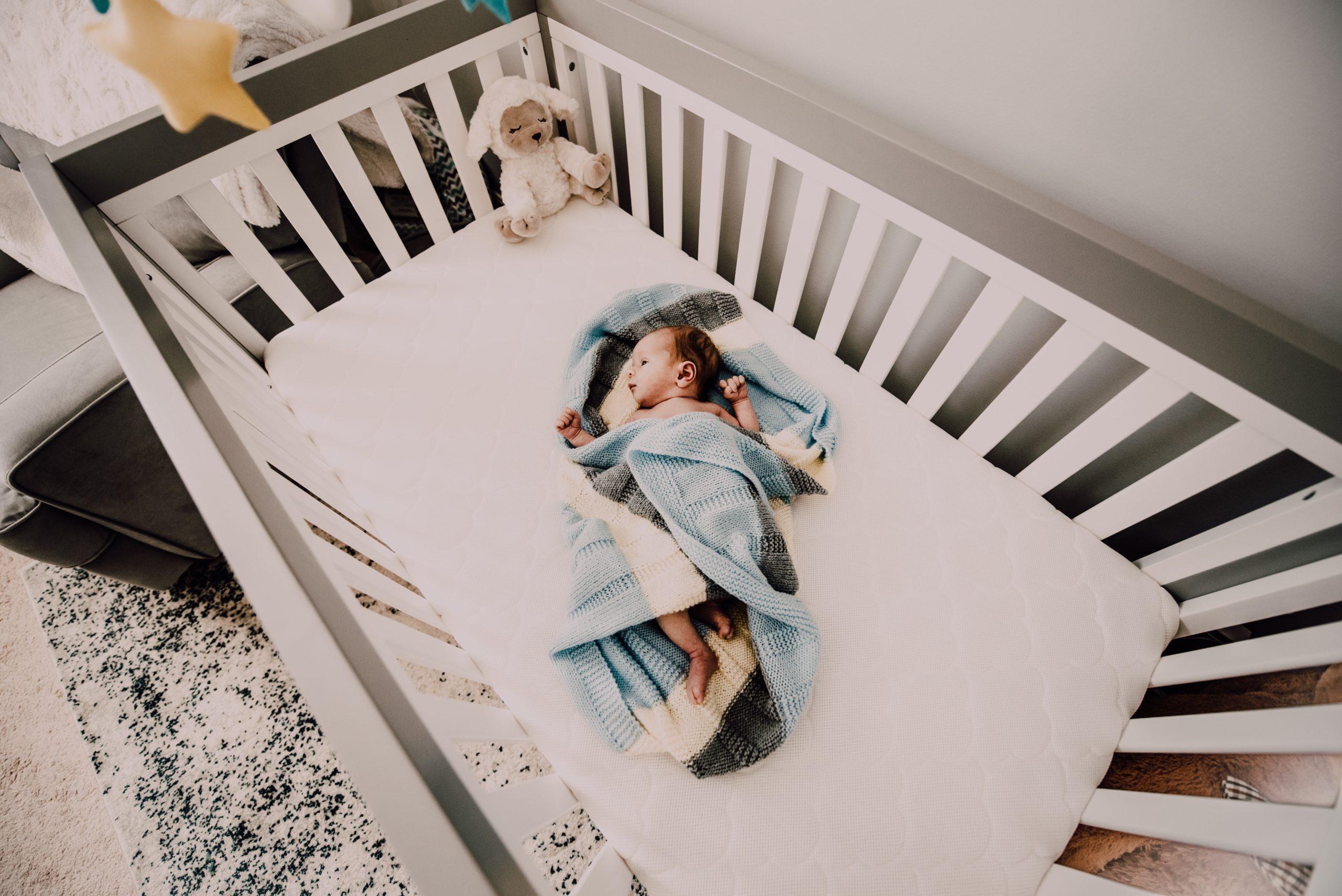 赤ちゃんを見守る